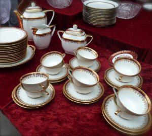 Service à thé en porcelaine sur une table de brocante